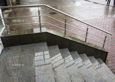Входная лестница с отделкой гранитными плитами и ограждением из нержавеющей стали