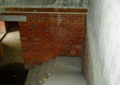 Лестница с монолитным ограждением