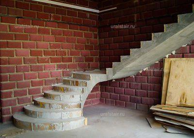 Лестница с радиусными пригласительными ступенями, г. Арамиль, Уралтермопласт