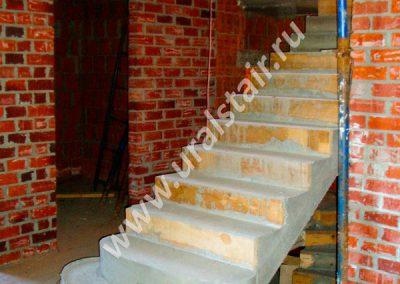 Прямая бетонная лестница с площадкой и пригласительными ступенями