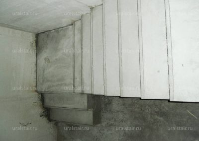 Г-образная бетонная лестница